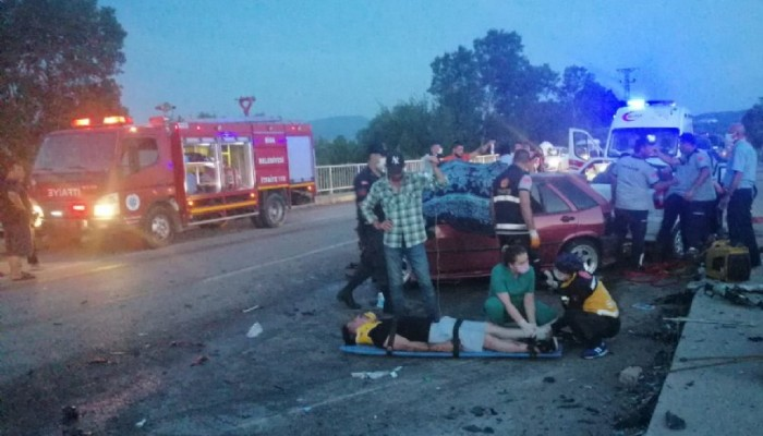 İki otomobil kafa kafaya çarpıştı 3 ölü, 5 yaralı