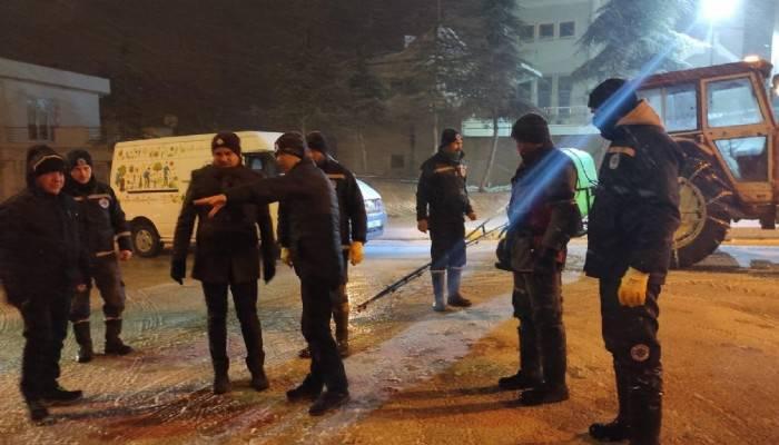 Biga Belediyesi ekiplerinin karla mücadelesi sürüyor (VİDEO)