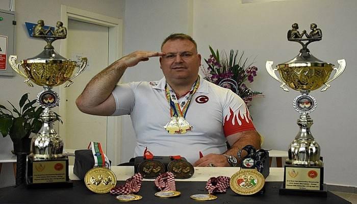 Bilek güreşinde yine dünya şampiyonu oldu