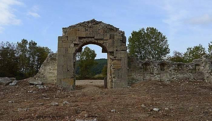 Bigalı Kalesi'nde temizlik çalışmaları yapıldı.