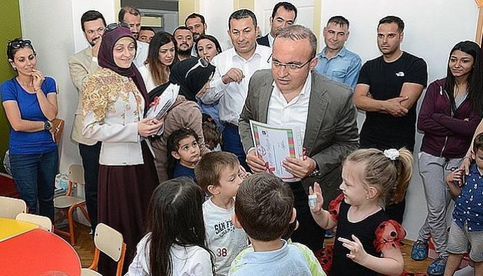 Turan, Anasınıfı öğrencilerine belgelerini verdi