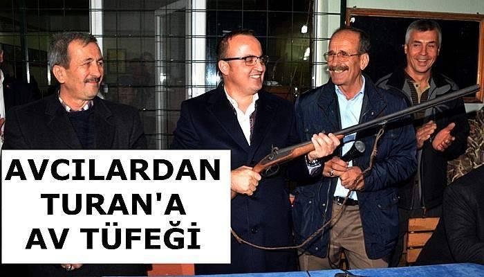 Avcılar Turan'a antika tüfek hediye etti