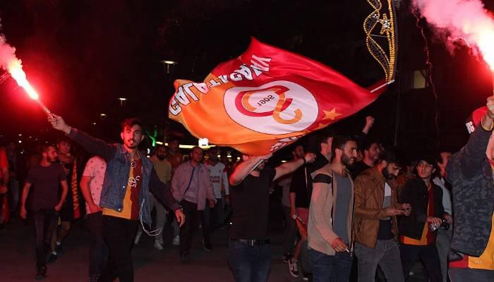 Çanakkale'de Galatasaray taraftarı şampiyonluğu kutladı (VİDEO)