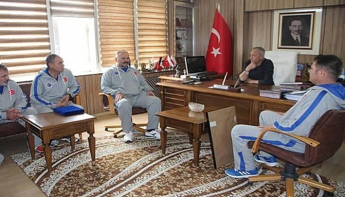 Milli takım sporcuları başkanı ziyaret etti