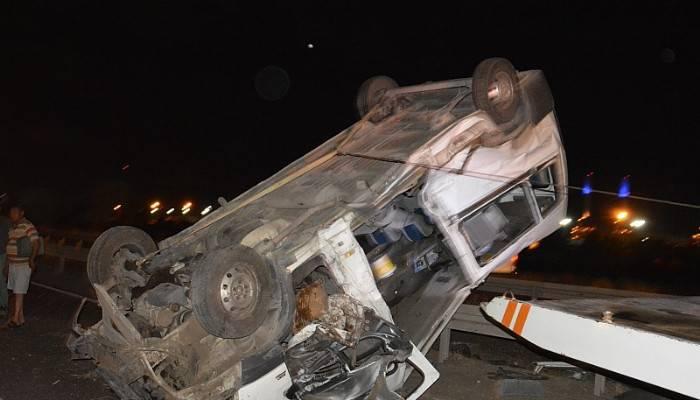 İzmir -Çanakkale Karayolunda, yolcu minibüs devrildi 1 kişi yaralandı
