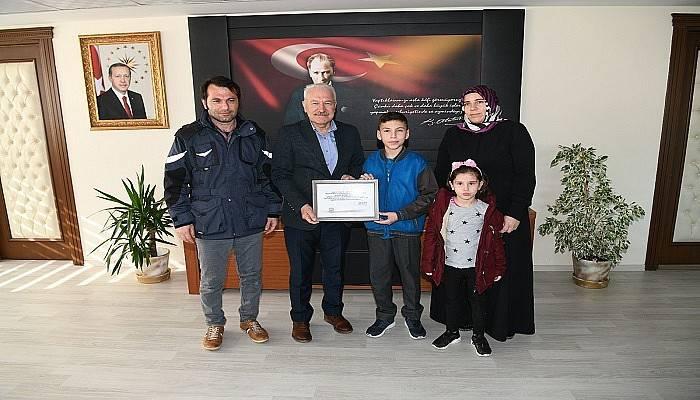 Başkan Yılmaz'dan 7. Sınıf öğrencisi Ahmet'e tebrik