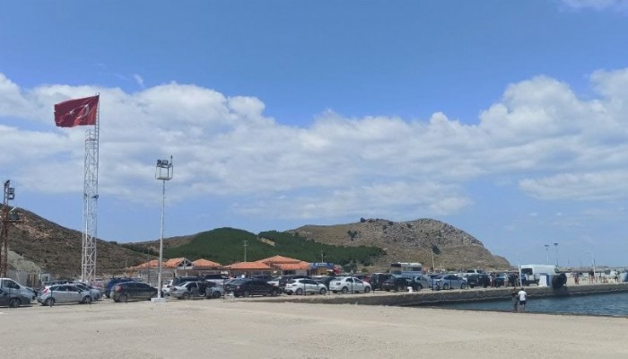 Gökçeada'dan dönen tatilciler Kuzu Limanı'nda uzun kuyruklar oluşturdu (VİDEO)