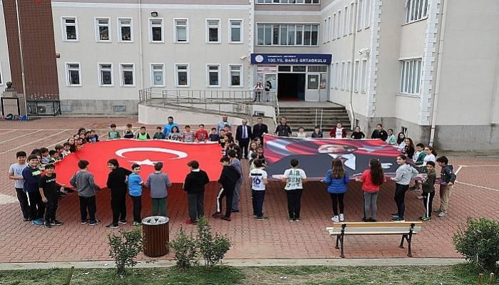 Okullara bayrak ve Atatürk posteri hediye etti