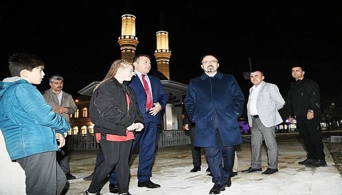 Turan, ibadete açılan camiyi gezdi