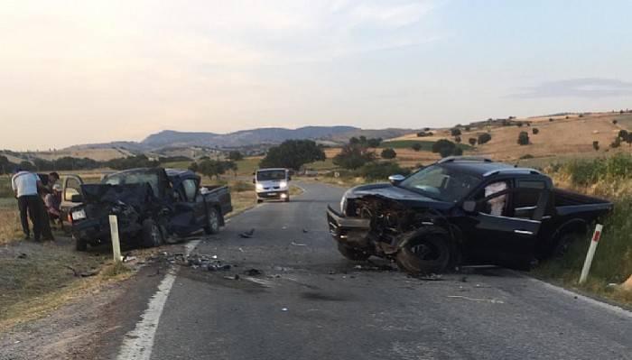 Çanakkale'de iki ticari araç çarpıştı: 1 ölü, 7 yaralı