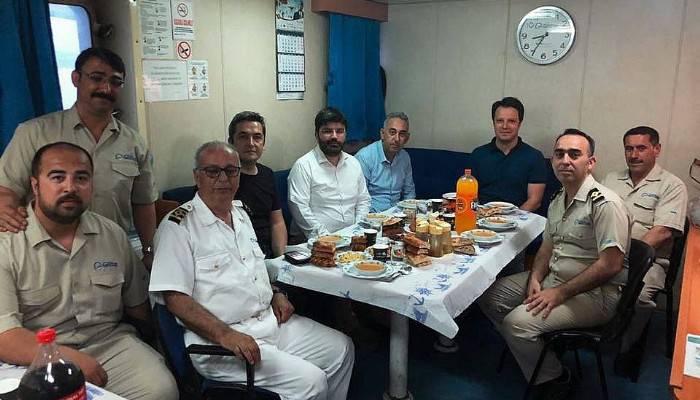 Gemi mürettebatının iftar sofrasına misafir oldu