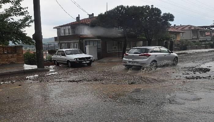 Ayvacık'ta şiddetli yağış sürücülere zor anlar yaşattı (VİDEO)