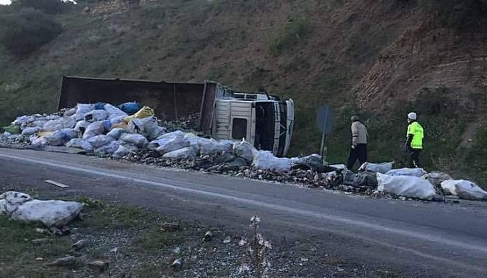 Hurda yüklü kamyon devrildi: 1 yaralı