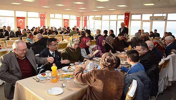 Gazi ve şehit aileleriyle yemek