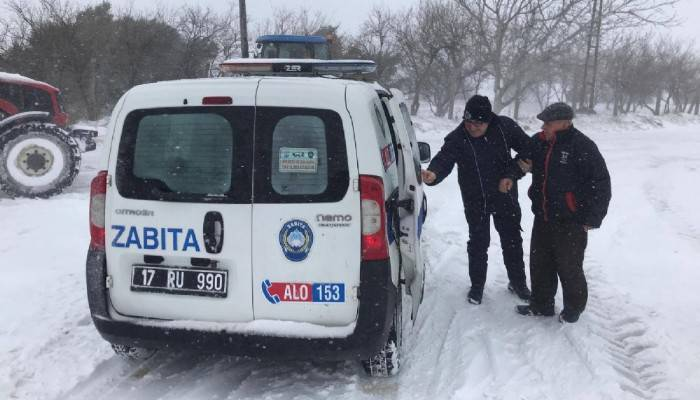 Köyde mahsur kalan yaşlı çifti, belediye ekipleri kurtardı
