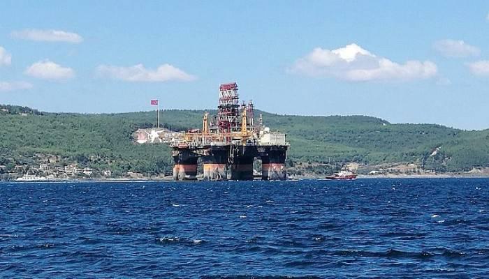 Dev petrol platform boğazdan geçti