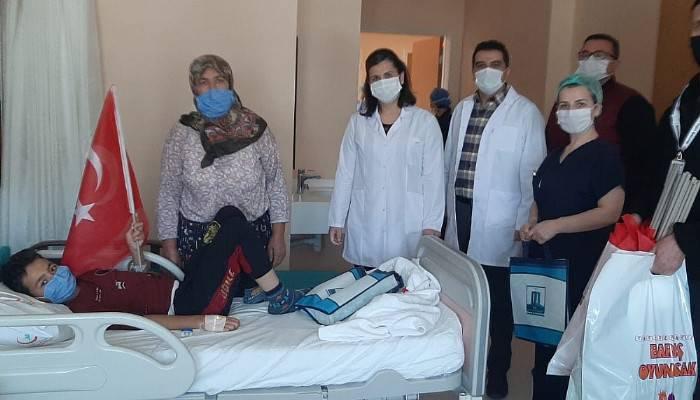 Hastanelerdeki çocukların 23 Nisan sevincine ortak oldular