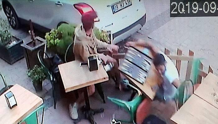 Geri manevra yaparken, kafede oturan iki kişiye çarptı (VİDEO)