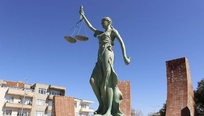 Adalet heykeline çirkin saldırı: Heykelin kılıcını kırdılar