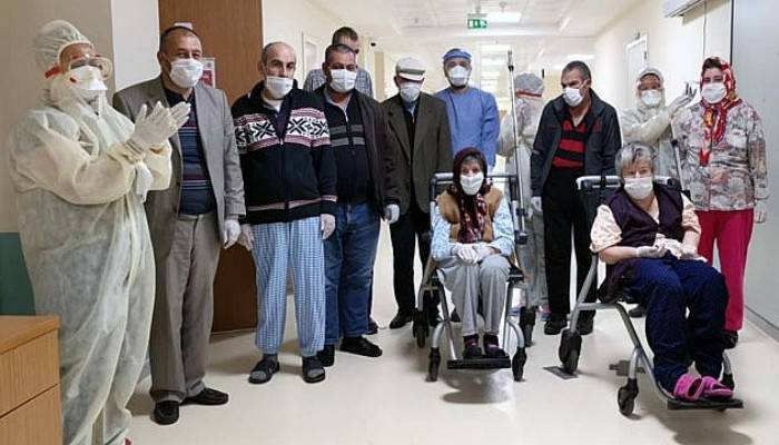 Covid 19 tedavileri tamamlanan hastalar taburcu ediliyor
