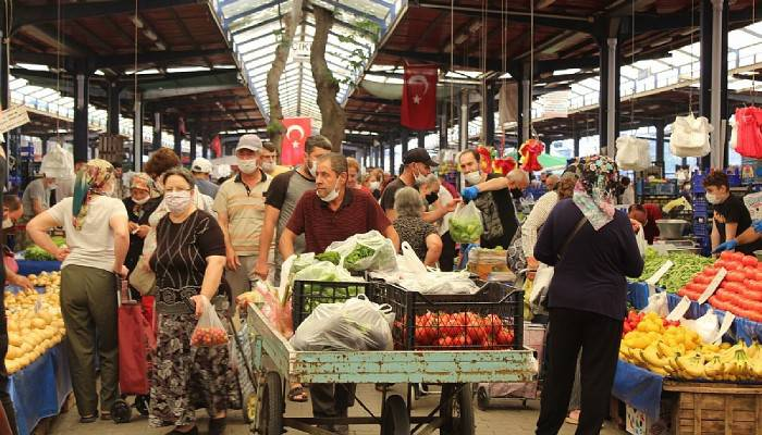 Sokağa çıkma yasağı öncesi pazar yoğundu
