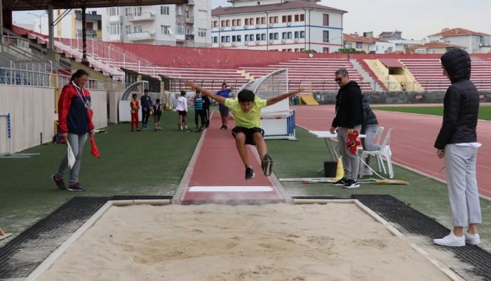 Minikler Atletizm Yarışında Mücadele Etti