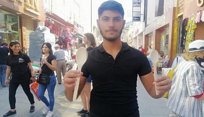 Ürettiği Kaşıkları Seyyar Tezgahında Satıyor