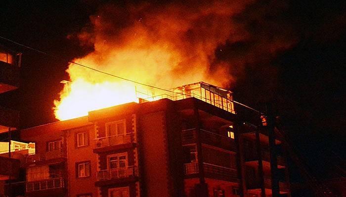 Çatı katı alev alev yandı (VİDEO)