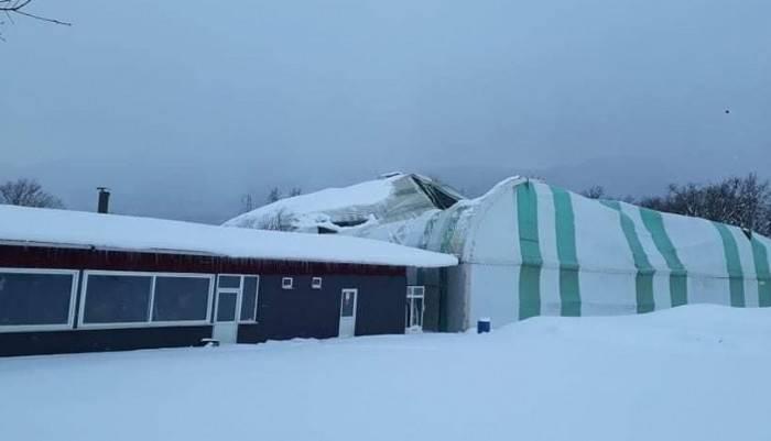 Yenice'de biriken karlar halı sahanın çatısını çökertti