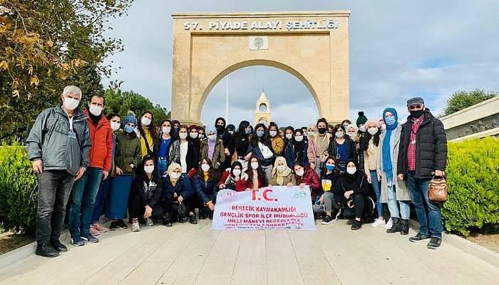 Hakkarili Öğrenciler Şehitlikleri Ziyaret Etti
