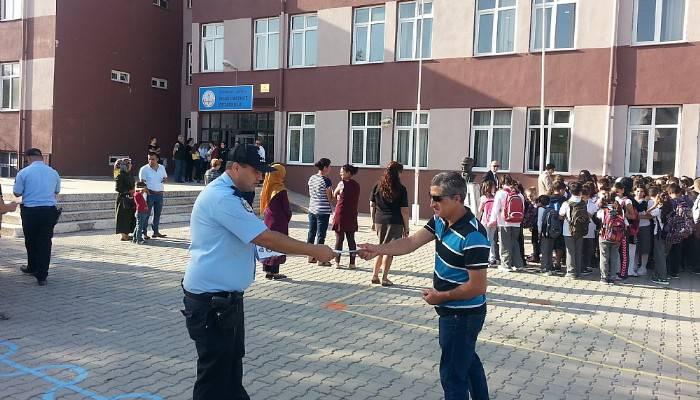 Lapseki'de polisler okullarda güvenlik ve asayiş bilgilendirmesi yaptı