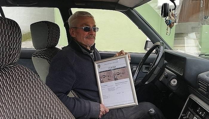 75 yaşında ilk trafik cezası yazıldı, çerçeveletip evinin duvarına astı (VİDEO)