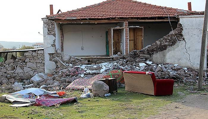 Hasarlı evlerden eşyalarını taşıyorlar (VİDEO)