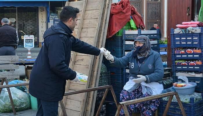 Lapseki'de halk pazarında esnaf ve vatandaşa eldiven dağıtıldı