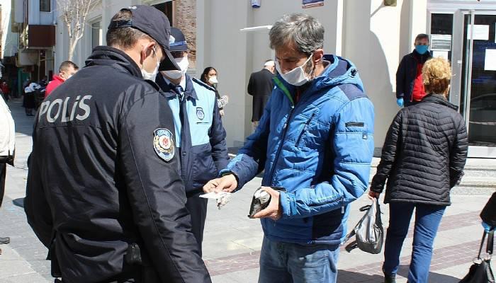 Çanakkale'de kimlik ve maske kontrolü yapıldı