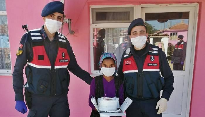 Gelibolu'da jandarma ekiplerinden çocuklara pastalı sürpriz