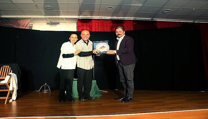 'İnsan Gibi' Tiyatrosu Bayramiç'te Sahne Aldı