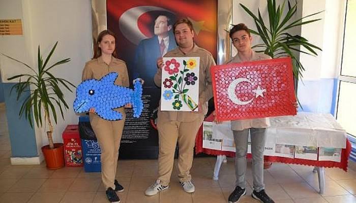 Öğrenciler mavi kapaklardan Türk bayrağı, yunus ve kır çiçeği yaptı (VİDEO)