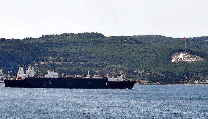 Doğalgaz tankeri boğazdan geçti