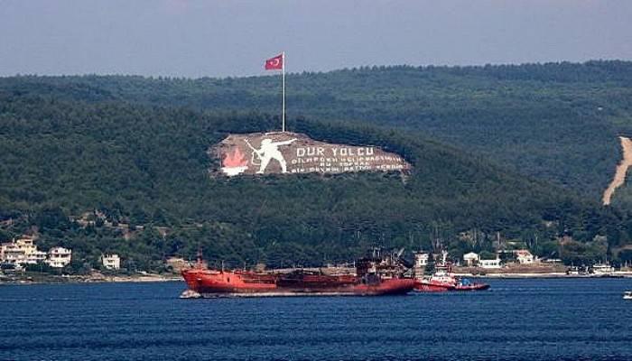 Kerç Boğazı'ndaki yangında zarar gören gemi, Çanakkale Boğazı'ndan geçirildi (VİDEO)