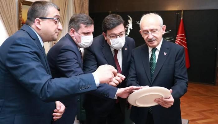 Öz'ün hediyesi Kılıçdaroğlu'nun ilgisini çekti!