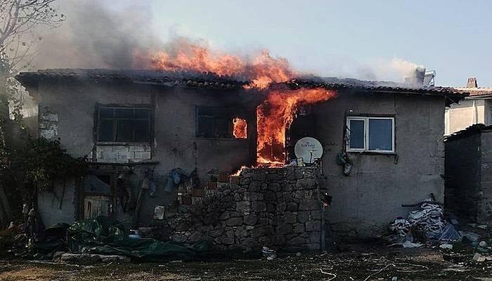 Ahşap ev alev alev yandı