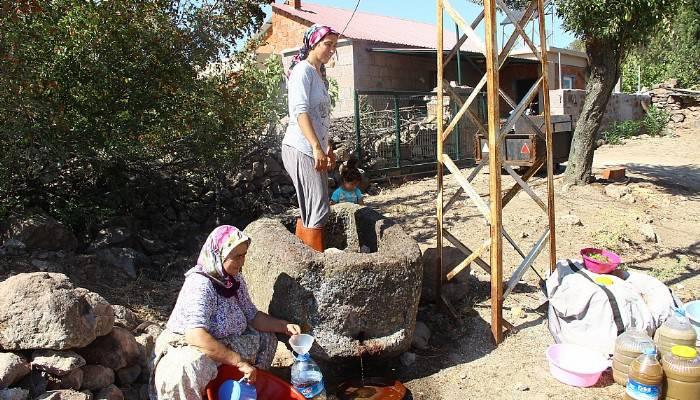 80 yıllık el yapımı taş havuzda ayakları ile ezip üzüm şırası üretiyorlar
