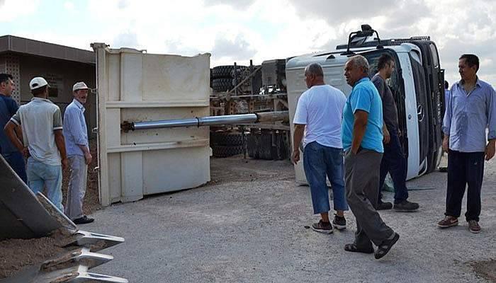 Kum yüklü kamyon devrildi, sürücüsü yaralandı