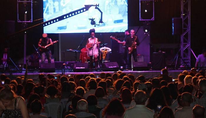 Iyeoka, sevilen şarkılarını Çanakkalelilere söyledi (VİDEO)