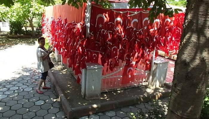 "GELİBOLU'DA ""BAYRAKLI BABA""NIN KABRİ ZİYARETÇİLERİN AKININA UĞRUYOR"