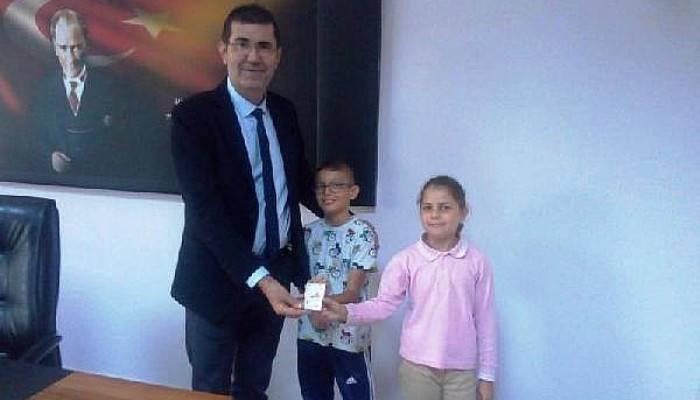 Oyuncak ve kitap satıp kazandıkları 140 TL'yi LÖSEV'e bağışladılar