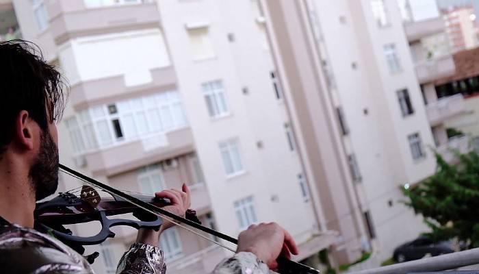 Keman sanatçısı Uğur Yıldırım balkonundan komşularına Çanakkale Türküsü'nü çaldı