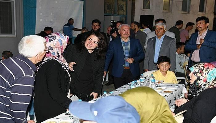 Lapseki'de kalabalık iftar sofrası kuruldu