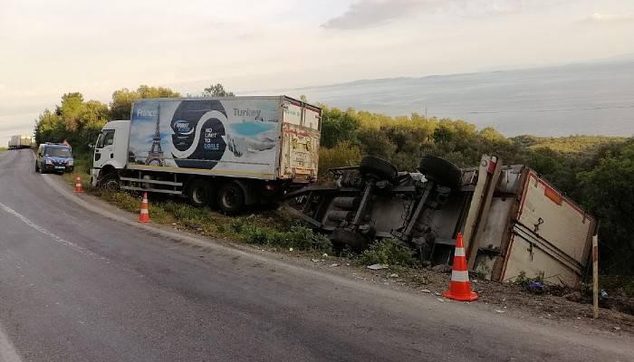 Kamyonet, kamyonun dorsesine çarptı: 6 yaralı